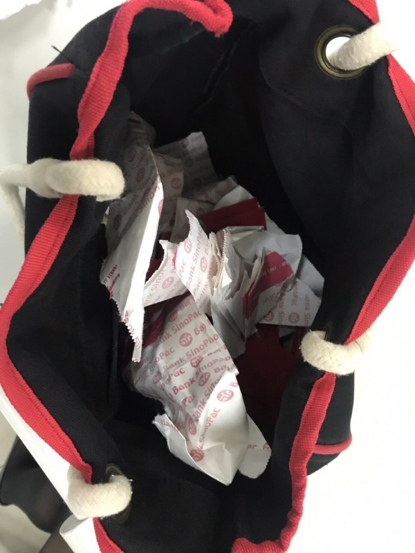 鄒嫌偷到的錢因自己所帶的袋子裝不下,得偷取受害公司員工的袋子來裝現金。(記者陳薏云翻攝)