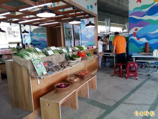 位於桃園市八德區介壽路一段、國道2號橋下的「桃園農創市集」,每週六、日聚集小農販售最新鮮、產地直送的農產品。(記者鄭淑婷攝)