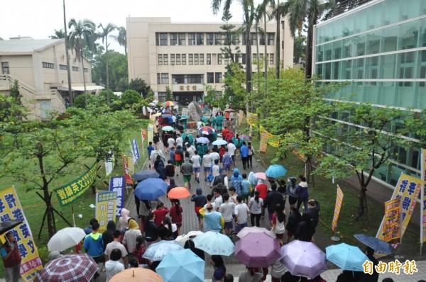 國中教育會考今首日上場,社會科考試結束,考生前往休息區休息。(記者王善嬿攝)