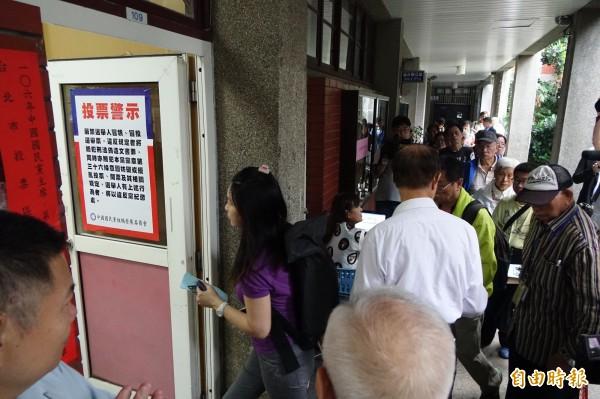 國民黨主席選舉20日進行投票,不少黨員一早就前往投票所排隊準備投票。(記者叢昌瑾攝)