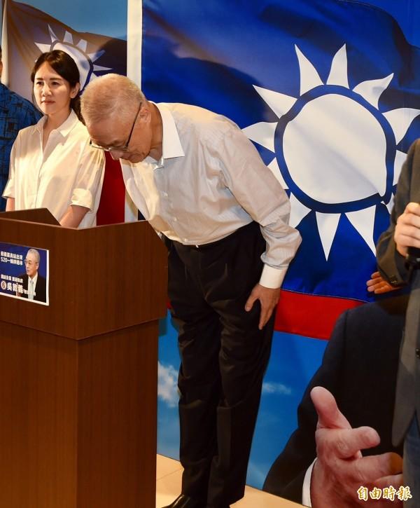國民黨主席選舉結果今晚出爐,前副總統吳敦義首輪過半、以14萬票高票當選黨主席。(記者簡榮豐攝)