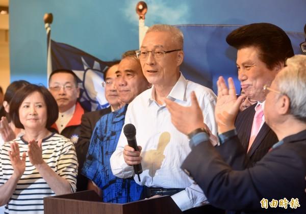 國民黨主席選舉結果出爐,吳敦義(中)得票過半,確定當選黨主席。(資料照,記者簡榮豐攝)