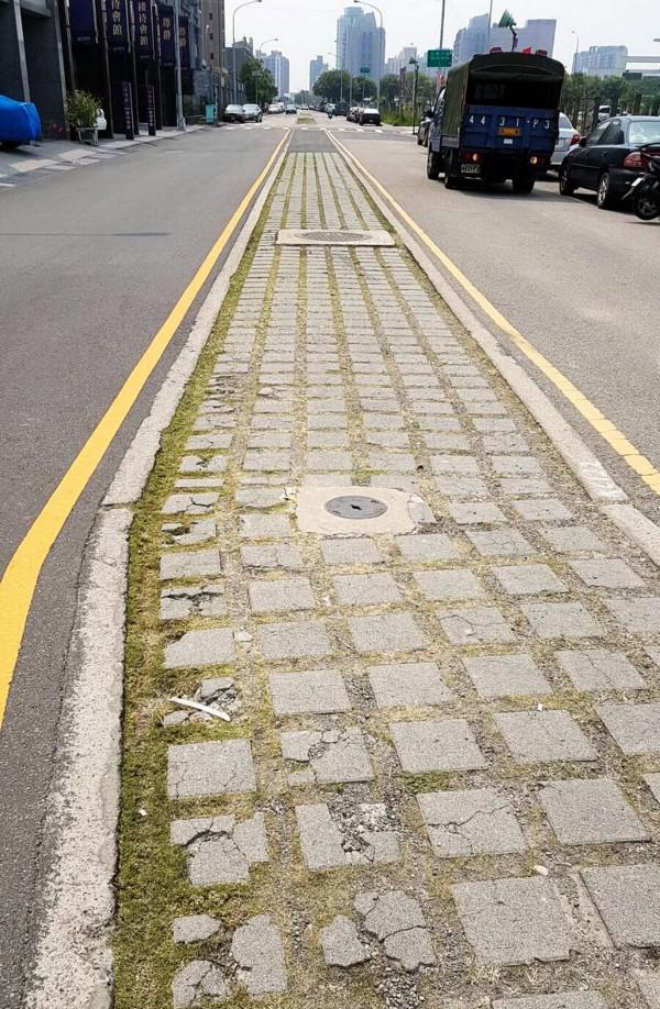 植草磚破損,常導致車輛行經時發生意外。(台中市政府建設局提供)