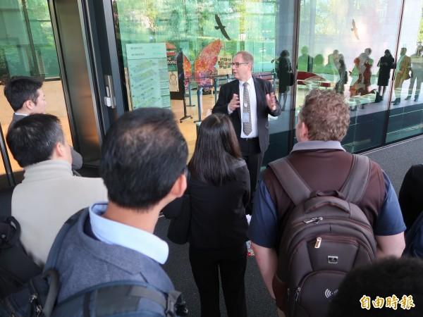 世衛組織工作人員出面向等候民眾解釋,今天完全不開放現場換取旁聽證。(特派記者呂伊萱攝)