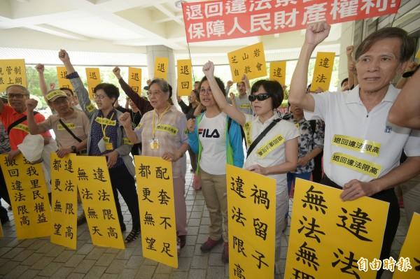 芝山岩周邊4個里里民,22日赴議會向台北市長柯文哲陳情限高政策,希望能退回,以維護權益。(記者張嘉明攝)