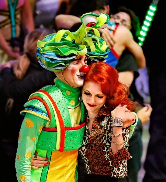 表演結束後,兩名表演者相擁而泣,告別一百四十六年「地表最偉大演出」的舞台。(美聯社)