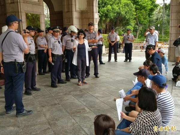 反同人士到司法院前靜坐抗議同性婚姻釋憲案並遞交陳情信。(記者項程鎮攝)