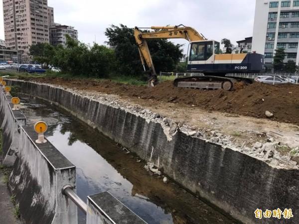 為新建一條公有跨河道路,六分仔溝近百公尺長、約60公分高的堤防遭拆除。(記者張安蕎攝)