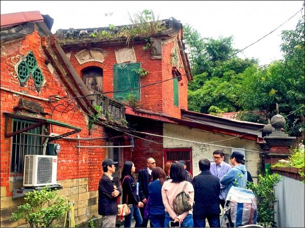 南港闕家祖厝德成居,文資委員曾到現場會勘討論其歷史價值。(文化局提供)