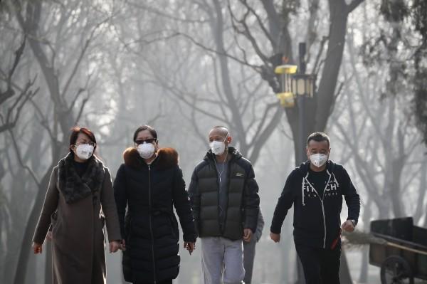 余華直言,「(中國)人民在和高官一樣呼吸惡劣空氣方面感受到了平等」。(美聯社)
