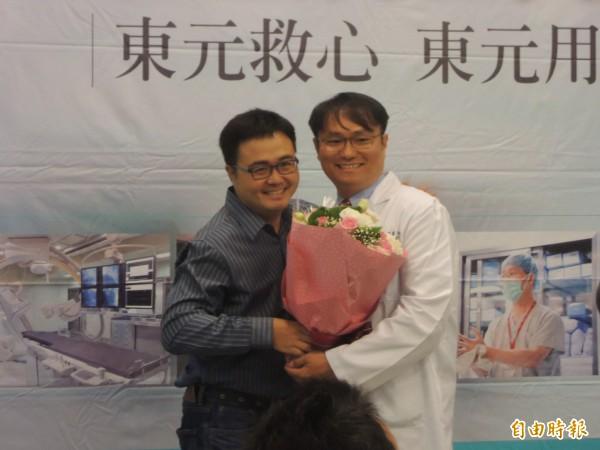 東元醫院心血管中心成立揭牌,李姓工程師(左)現身分享即時就醫而幸運撿回一命的歷程,他並開心擁抱救命醫師張聖典(右)。(記者廖雪茹攝)