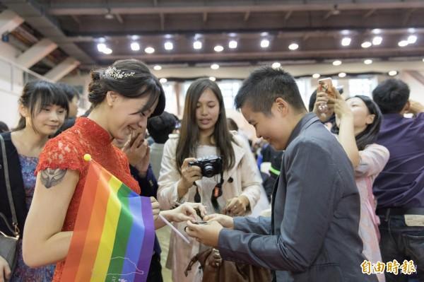 司法院大法官宣布,我國現行法律未保障同性婚姻屬違憲,法務部應研擬修法,讓同性伴侶也有合法結婚登記權利。(柯文哲臉書提供)