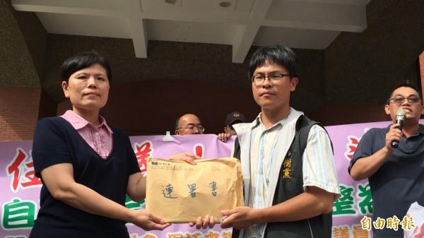 新竹縣92%聯盟發起人、樹黨竹北市代許育綸(右)把7000多份連署書遞交新竹縣議會議事組主任黃寶蓮(左)。(記者黃美珠攝)