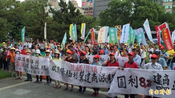 新竹縣92%聯盟今天下午群集新竹縣議會外抗議。(記者黃美珠攝)