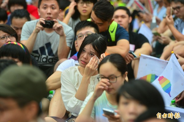婚姻平權大平台「2017點亮台灣亞洲燈塔」活動,上百名參與活動的群眾,在立法院外等待司法院釋憲結果,宣布後,現場歡呼,有人激動落淚。(記者王藝菘攝)