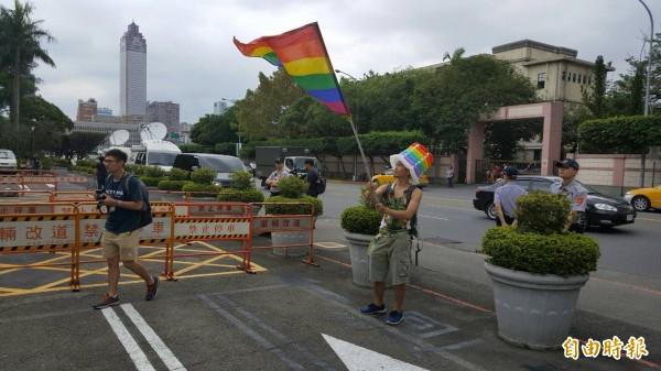 挺同街頭藝人歐里赴立院聲援同志立場。(記者溫于德攝)