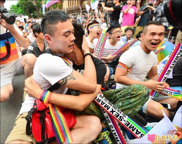 大法官會議昨做出解釋,認定民法未保障同性婚姻違憲,要求相關機關兩年內修法保障,在立法院外的挺同團體獲知消息齊聲歡呼,有人激動落淚。(記者王藝菘攝)