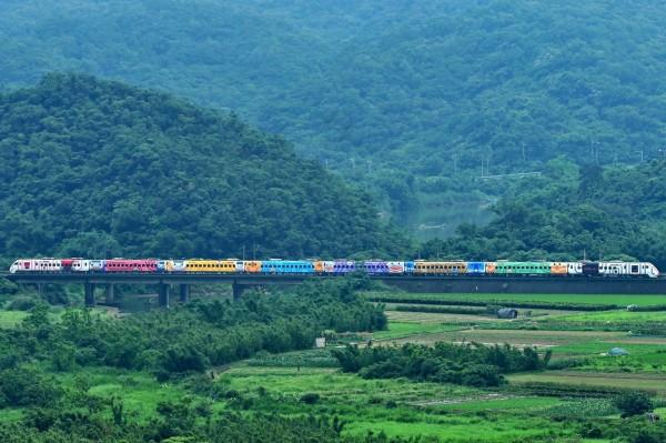 台鐵局因應台灣鐵路130週年,推出以台鐵各時期經典車輛、車站為主題的彩繪普悠瑪號。(圖擷取自fun台鐵臉書)