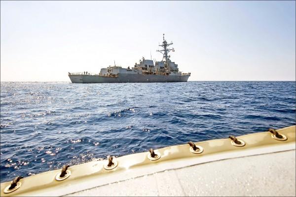美國海軍神盾艦「杜威號」,廿四日進入中國所控南沙群島美濟礁起算十二海里內範圍,挑戰中國在這個人工島的「領海」與「主權」。圖為杜威號六日巡弋南海。(路透)