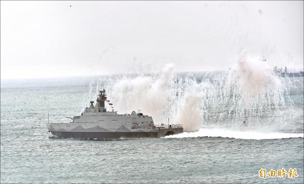國軍漢光33號演習25日在澎湖舉行,進行實兵、實彈演練。圖為沱江艦。(記者方賓照攝)