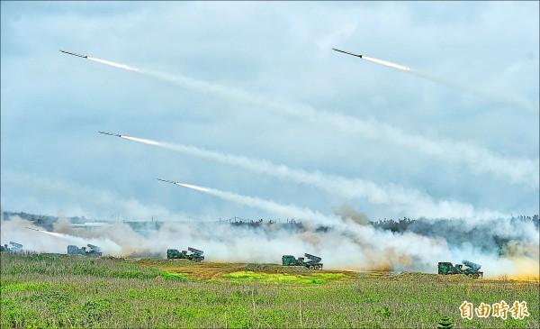 國軍漢光33號演習25日在澎湖舉行,進行實兵、實彈演練。圖為雷霆2000多管火箭。(記者方賓照攝)