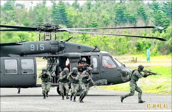 ▲航特部UH60M黑鷹直升機搭載特戰官兵,實施空中突擊應援作戰。(記者方賓照攝)