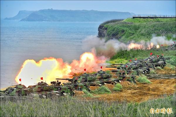 ▲澎防部所屬的M60A3戰車、M113裝甲車進行反舟波射擊,殲滅敵軍登陸船艦。(記者方賓照攝)