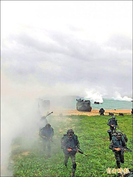 漢光33號演習陸戰隊官兵在山水搶灘,民眾可親眼目擊。(記者劉禹慶攝)