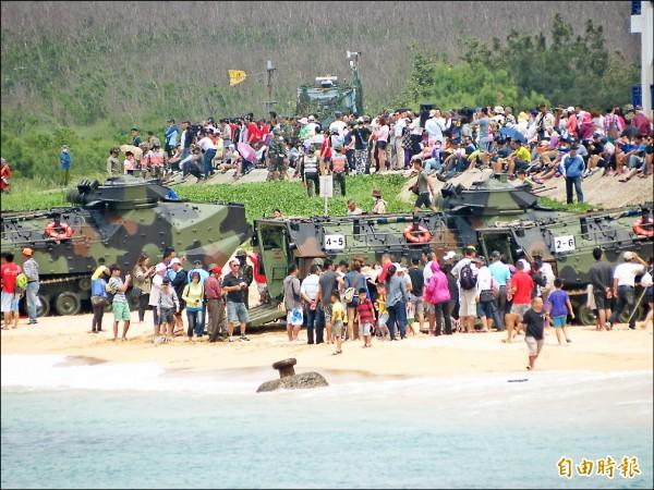 ▲馬公山水沙灘成為武器展示場,大批民眾紛紛與AAV7兩棲突擊車等裝備合影。(記者劉禹慶攝)
