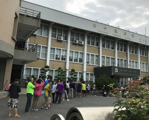 近百位田中鎮民早上就到鎮公所排隊,準備報名田中馬優惠名額。(記者陳冠備翻攝)