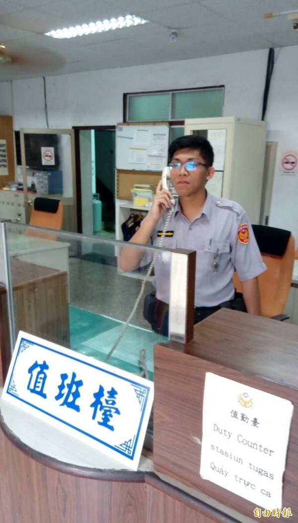 墾丁派出所員警接到不少詢問電話。(記者蔡宗憲攝)