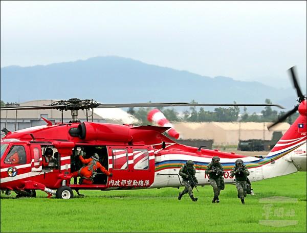 「漢光卅三號演習」昨在清泉崗基地實施聯合防衛作戰演練,內政部空勤總隊也出動UH-60M黑鷹直升機,共同進行反空降掃蕩行動。(軍聞社)