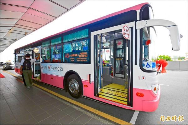 「國光客運×Willer Express JAPAN」外衣塗裝的低地板公車。(記者歐素美攝)