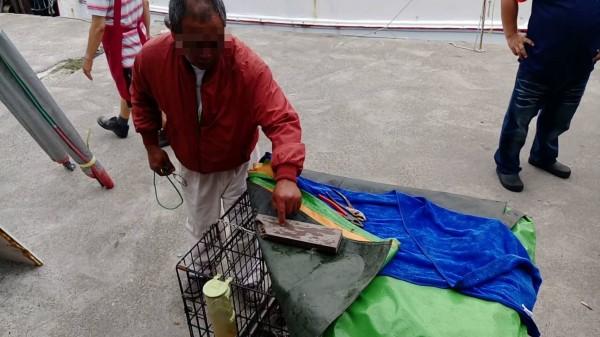 郭姓男子涉拿菜刀砍狗,被警方揪出送辦。(記者黃佳琳翻攝)