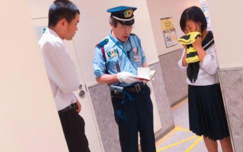日本高中女孩和男高中生,在廁所前被警衛問話,引起推特上不少爭論。(圖擷自「グレイフォックス@GryFOX1021」推特)
