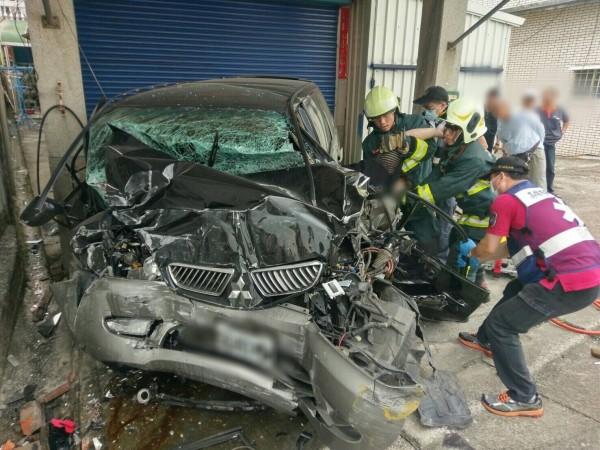 黑色休旅車疑似自撞路旁電線桿,整部車撞得稀巴爛,女駕駛傷重不治。(記者蘇福男翻攝)