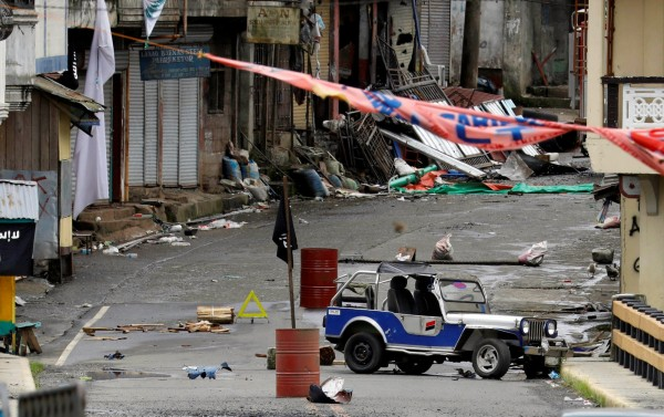 馬拉威激戰已持續一週,市區滿目瘡痍;菲律賓總統杜特蒂呼籲包含新人民軍在內的反政府武裝拋下成見,一同對抗IS。(路透)
