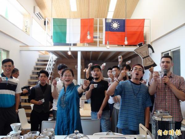 斗六咖啡烘焙會社推一歐元喝Espresso,邀民眾到雲林感受異國咖啡風。(記者詹士弘攝)