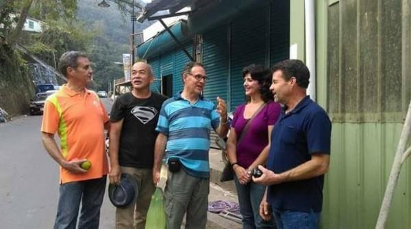 丁松筠(左1)和丁松青(中)神父的小弟和弟媳,前年自美國來台探視哥哥們,雅威(左2)為3兄弟在部落留下珍貴的合影。(雅威提供)