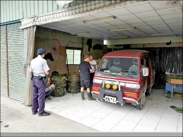 3名竊賊開著紅色小貨車偷割檳榔被逮。(記者邱芷柔翻攝)