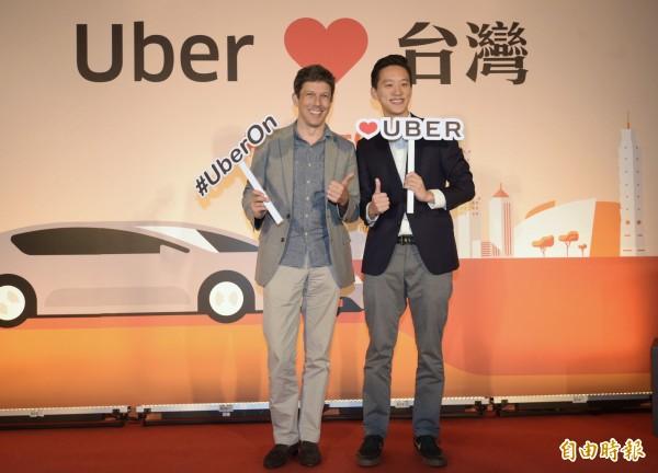 10 UBER司機違法營業,行政法院判宇博各罰15萬。圖為宇博亞太總經理Mike Brown(左)和台灣區總經理顧立楷(右)說明與租賃業者合作新的營運模式和發表全新Uber App,正式宣告重返台灣。(資料照,記者張嘉明攝)