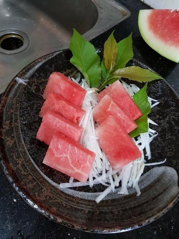 網友給老婆的生魚片,其實是用西瓜切的。(圖取自爆廢公社臉書)