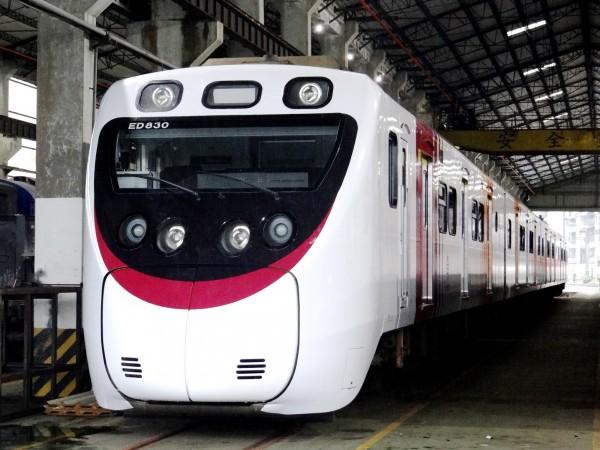 台鐵再推彩繪列車,將微笑號塗裝改為日本JR四國8000系列車,頭尾顏色還不同(圖:台鐵局提供)