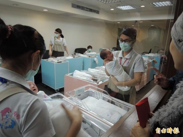 竹市產科醫師每年接生新生兒數達近1萬人,其中竹市新生兒平均約5000名,新竹市產科醫生還得付起鄰近縣市接生新生兒的重責大任,相當辛苦。(記者洪美秀攝)