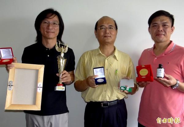 正修科大老師李益成(左起)、施松村、吳漢鐘在國際發明展穿金戴銀。(記者洪臣宏攝)