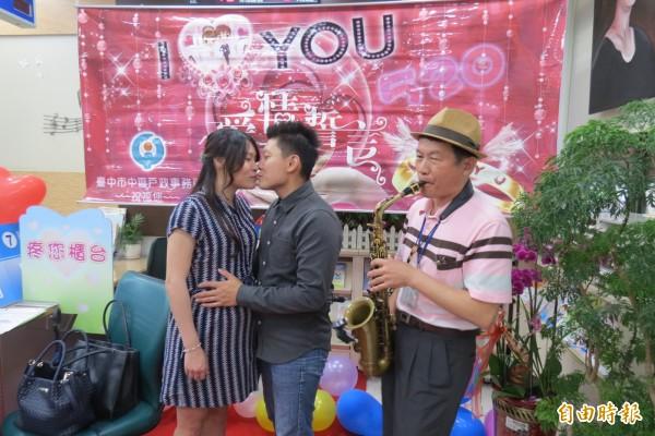 幸福「蕯」到你!到中區戶政所辦結婚登記時,有蕯克斯風浪漫吹奏幸福曲。(記者蘇孟娟攝)