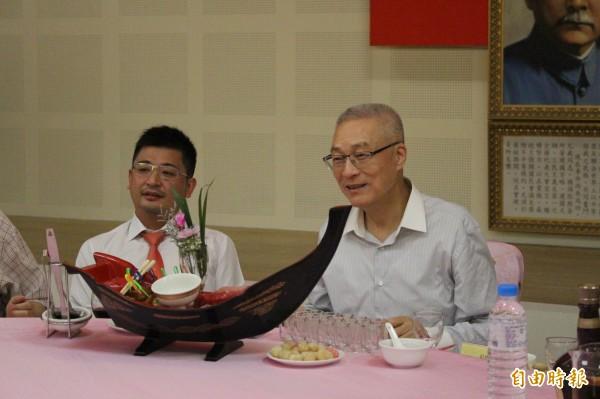 吳敦義和彰化議長謝典霖同桌。(記者張聰秋攝)