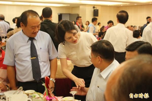 謝典霖大姊彰化縣青工會總會長謝衣鳳,親切和在場出席人士握手致意。(記者張聰秋攝)