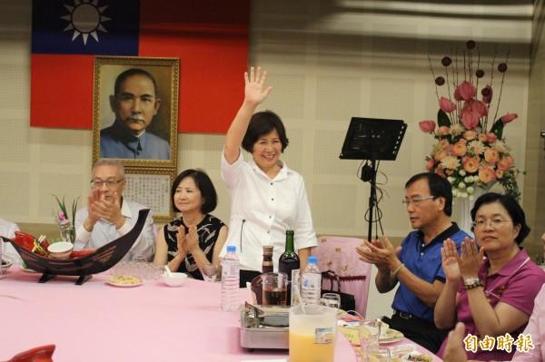 鄭汝芬(中)和先生謝新隆(右2)出席謝票餐會。(記者張聰秋攝)