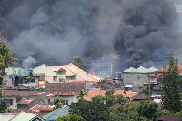 日前菲律賓政府軍為收復馬拉韋市(Marawi),發動空襲卻誤傷自家人,造成10死8傷。。(美聯社資料照)